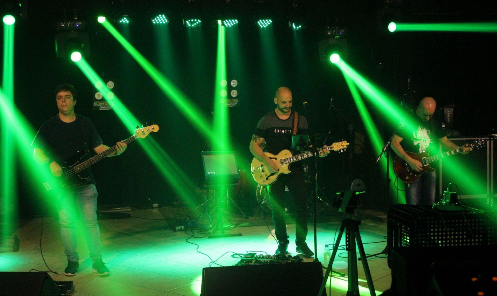 A Banda Back Over foi a terceira da noite e animou a noite com muito rock. Foto: Ana Paula Nesi