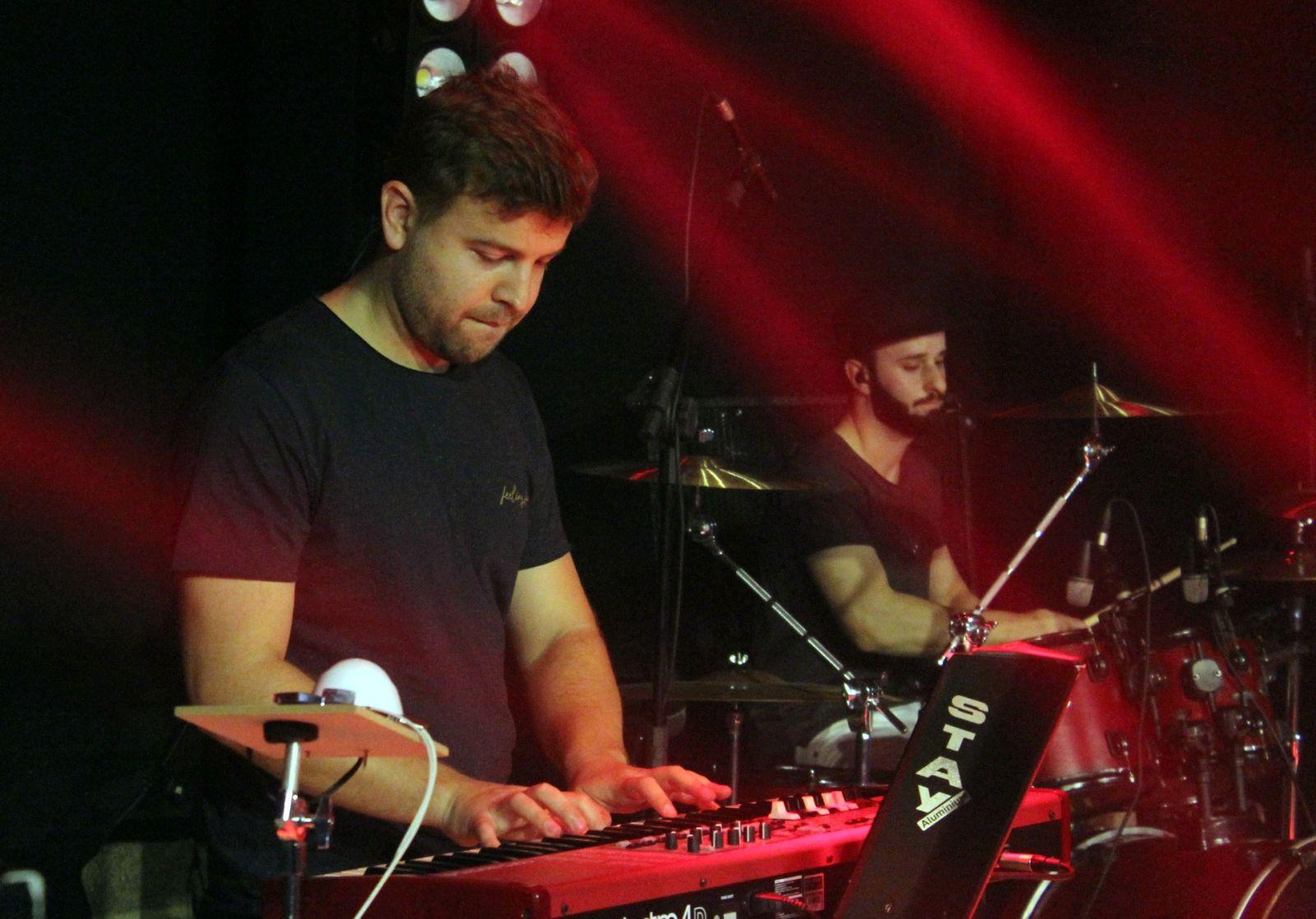 Banda Maurício Onofre. Diego Dajori nos teclados e Jander Zomer na bateria.Foto: Ana Paula Nesi