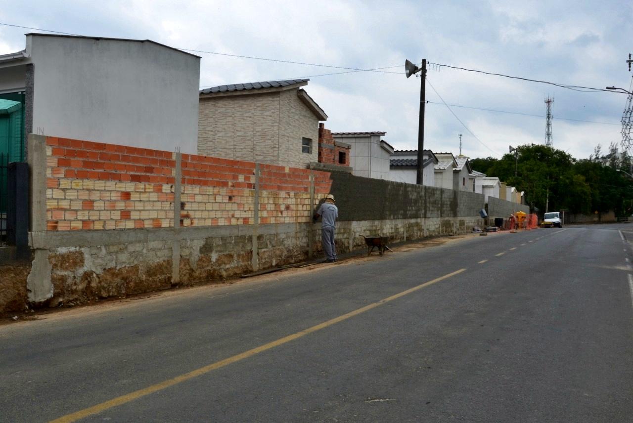O muro do cemitério municipal, ao logo da rua Alfredo Del Priori, deve ficar pronto na próxima semana, no pós feriado. Foto: Antonio Rozeng.