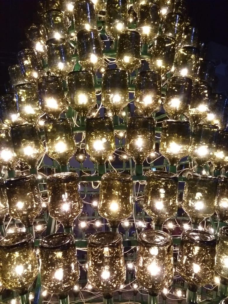 Detalhe da árvore de garrafões que decora o Centro de Urussanga.