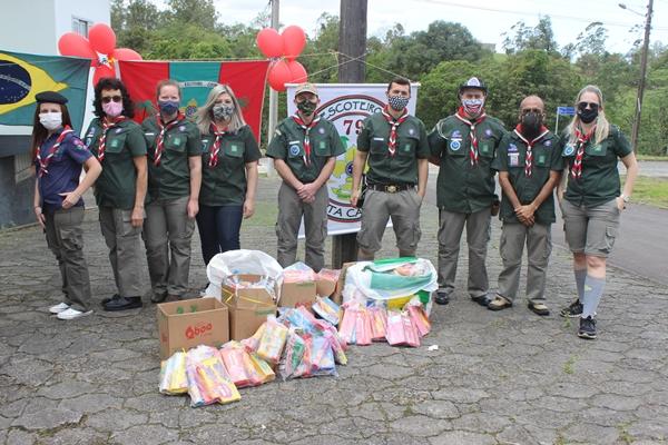 Após o drive-thru, kits com bolachas e guloseimas foram entregues para crianças carentes da cidade. Foto: Ana Paula Nesi.