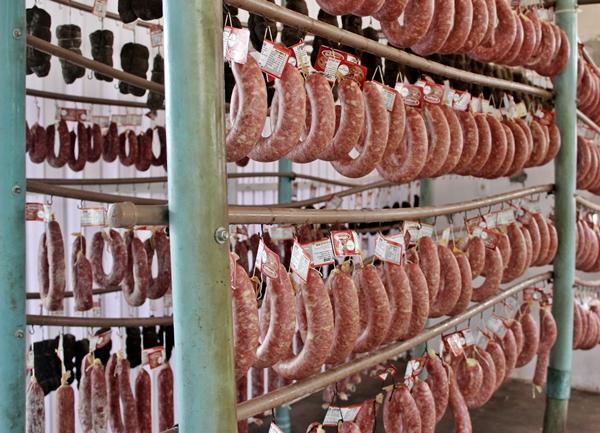 Os vários tipos de salames, são o principal produto comercializada pela família.
