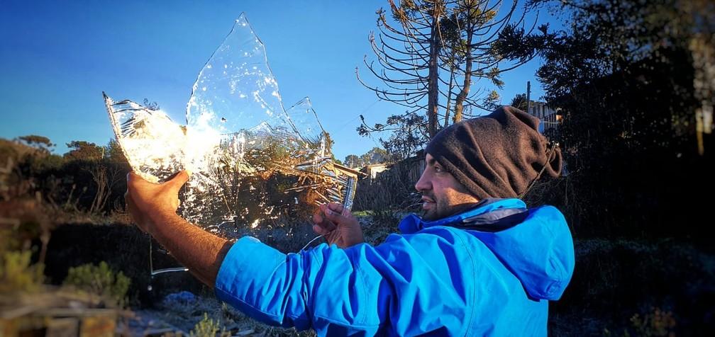 Camada de gelo que se formou dentro de reservatório de água de casa no Caminhos da Neve em São Joaquim — Foto: Mycchel Legnaghi/ São Joaquim Online