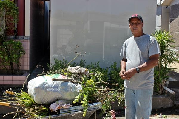 Nico tem 59 anos e dedica sua vida à manutenção, cuidado e limpeza do cemitério. Foto: Ana Paula Nesi.