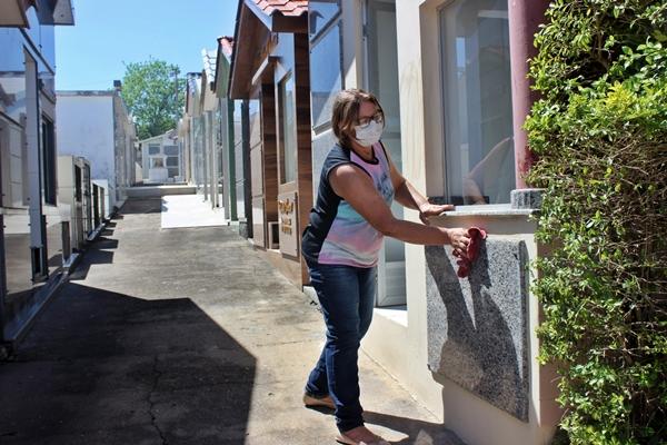 Salete realizou a limpeza da capela da família nesta quarta-feira (28). Foto: Ana Paula Nesi