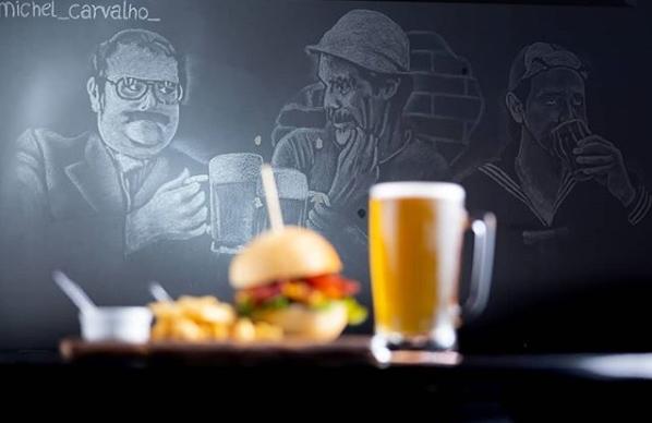 O pub possui desenhos temáticos em suas paredes.