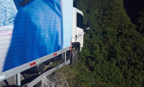 Caminhão bate em mureta e fica pendurado em penhasco na Serra do Rio do Rastro