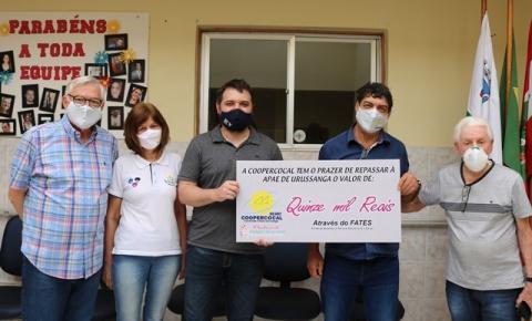 Coopercocal realiza doação de R$15 mil para a APAE de Urussanga