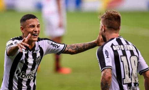 Atlético-MG goleia o Flamengo e encosta na liderança