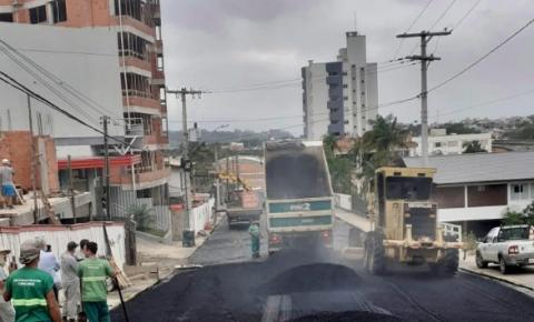 Rua Anita Garibalde, no Centro recebe capa asfáltica