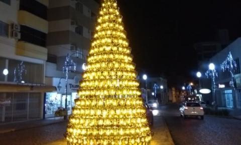 Com 465 garrafões, árvore de Natal é montada em Urussanga