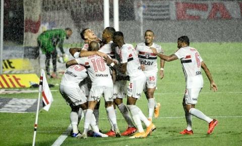 São Paulo vence Atlético-MG e se isola na liderança