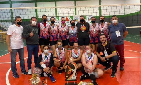 """Em Cocal do Sul, time da capital leva taça """"Dolls Team"""" na Copa de Voleibol feminino"""