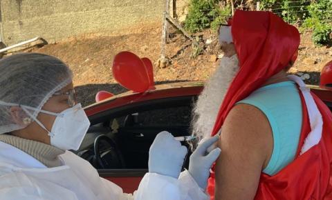 'Papai Noel' é vacinado em Cocal do Sul contra a Covid-19
