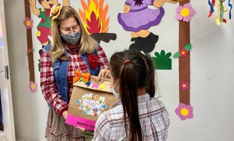 Serviço de Convivência distribui kits julinos para crianças e adolescentes