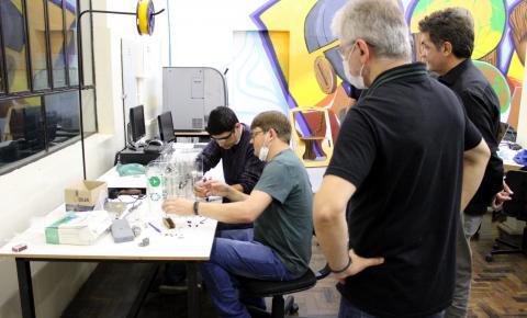 Salvaro conhece projeto do respirador desenvolvido na Satc